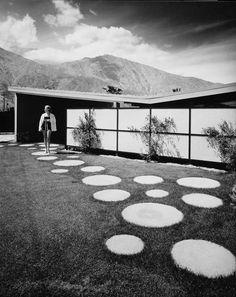 Minimalistischer Gartenweg mit runden Trittsteinen