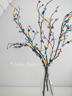 Strauß aus Ästen und bunten Pappresten als Konfetti / Bouquet made of twigs and scraps of coloured cardboard / Upcycling