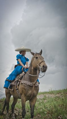 Escaramuza mexicana linda, hermosa y tambien su caballo.   Love this, she's is beautiful, and her horse is too! Love, love, love! ♥