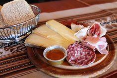Valle d'Aosta - Tagliere misto di prodotti tipici: Fontina valdostana DOP - Toma di Gressoney PAT - Jambon de Bosses DOP - JAmbon alla brace di Saint – Oyen PAT - Motzetta PAT - Lardo d' Arnad DOP