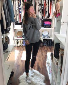 """⠀⠀⠀⠀⠀⠀⠀a l i s a auf Instagram: """"Letztens noch im Sommerkleid unterwegs und heute wieder mit Pulli  und trotzdem war mir den ganzen Tag kalt. Hoffentlich wird es schnell wieder wärmer ☀️ wer freut sich auch schon auf die 2 Broke Girls?  einfach so witzig  ich wünsche euch einen schönen Abend  #ootd #metoday #calvinklein #topshop #adidas #adidassuperstar #valentino"""""""