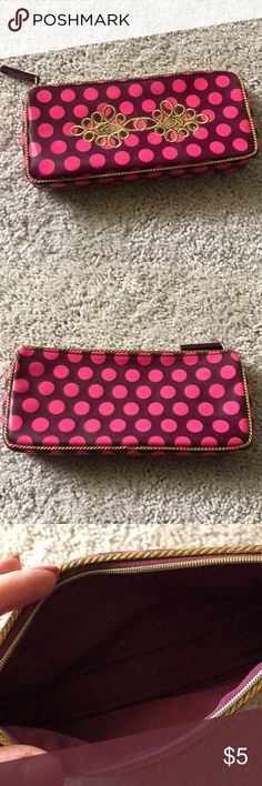 Mac cosmetic pouch In great condition! Mac Cosmetic pouch! Super cute! Great for taking make up on the go! Perfect size to fit all ur full length products! ❤️✨ MAC Cosmetics Bags Cosmetic Bags & Cases