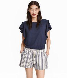Check this out! Een top van zacht tricot met een rechte pasvorm. De top heeft korte volantmouwen. – Ga naar hm.com om meer te bekijken.