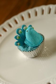 Marshmallow Peeps Peacock Cupcake people who know me, know my love of peacocks! I love this ❤