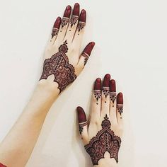 Mehndi is an art where an artist applies various henna tattoos on a girl's hands feet and other body parts. Mehndi Designs for bridals are amazing body art. Henna Hand Designs, Mehndi Designs Finger, Mehndi Designs 2018, Modern Mehndi Designs, Mehndi Designs For Fingers, Bridal Henna Designs, Mehndi Design Pictures, Beautiful Mehndi Design, Henna Tattoo Designs