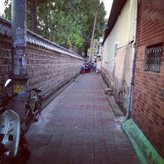 .@bong_cho | 동묘 옆 돌담길 골목 #골목 #동묘앞 | Webstagram