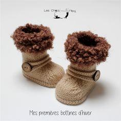 Chaussons bottines bébé tricotées main, style bottes fourrées, beige et chocolat : Mode Bébé par les-chatsmaillerient