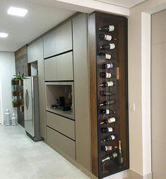 Achei super interessante o aproveitamento do espaço nesta cozinha. A adega foi feita sob medida para compor a lateral do armário e…