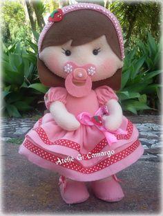 Boneca bebê rosa de feltro Felt Crafts Dolls, Felt Dolls, Doll Toys, Doll Clothes Patterns, Doll Patterns, Sewing Patterns, Pillow Crafts, Felting Tutorials, Diy Doll