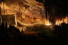 Cuevas del Drach son una de las maravillas naturales de la isla, de 2.400 metros de extensión y a 25 metros de profundidad, no deberían dejar a nadie indiferente. Por si fuera poco, en su interior se encuentra uno de los lagos subterráneos más grandes del planeta, el lago Martel.