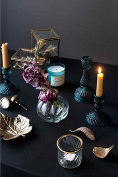 Szklany świecznik: Szklany świecznik. Wysokość 16 cm, średnica podstawy 8,5 cm.
