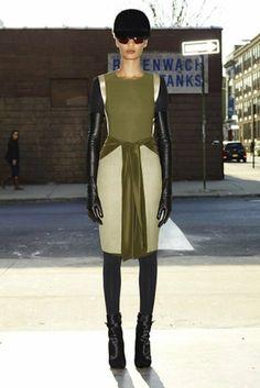La colección de Givenchy se divide en dos claras influencias: los años 60 y el estilo futuristas. Las dos se mezclan para conseguir un efecto muy evocador, moderno y actual. Los tonos olivas tienen mucha presencia en sus diseños.