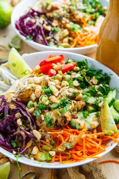 Thai Peanut Chicken Buddha Bowls Recipe : A quick, light, healthy and tasty peanut chicken quinoa bowl! Thai Street Food, Budha Bowl Recipe, Vegetarian Recipes, Cooking Recipes, Healthy Recipes, Soup And Salad, Pasta Salad, Thai Peanut Chicken, Chicken Satay