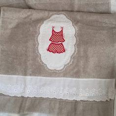 Serviette de toilette taupe brodée petites lingerie à pois : Textiles et tapis par lolitarose