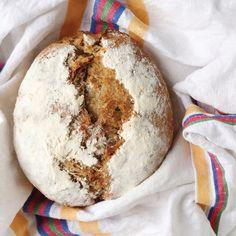 23/100 [scroll down for English] Fiz este pão pela primeira vez no dia 26 de Dezembro e, desde então, não tenho feito outros diferentes (e eu faço pão dia sim, dia não). Adoramos este pão! Fui adap…