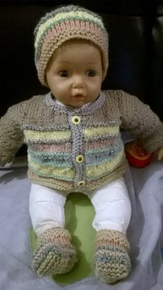 Here is the beginning of the explanations of a complete set which was born in a we Doll Clothes Patterns, Doll Patterns, Clothing Patterns, Crotchet Patterns, Knitting Patterns, Loom Knitting, Baby Knitting, American Girl Hairstyles, Knit Crochet