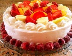 Receitas - Bolo de Amendoa Com Chantily e Frutas - Petiscos.com