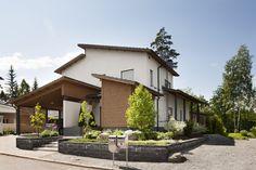 Kivimuuri luo näyttävän etupihan. Lisää ideoita www.lammi-kivitalot.fi Paving Stones, Dream Houses, My Dream Home, Exterior Design, Finland, Future House, Habitats, Outdoor Gardens, Sims