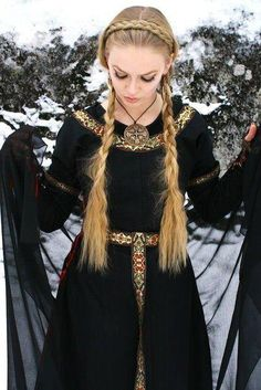 Bridal Braid and Long Simple Braids. the perfect combination for a casual Viking Look Viking Costume, Medieval Costume, Medieval Dress, Valkyrie Costume, Viking Dress, Viking Queen, Viking Woman, Viking Art, Viking Clothing