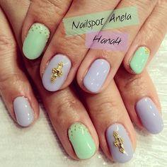 simpleだけど色の配色とスタッズの置き方でオシャレ感UP♡ #nail #nails #nailart #nailarts #nailartclub #nailspotanela #instanail #instanails #ネイル #ネイルアート #スタッズ #spring #springnaii #春ネイル #green #blue #gold  nails by #hana4