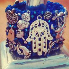 Brazalete azul rey con dijes en plata antigua  y cristales, en 4.5 cm de ancho