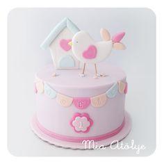 Özgen hanım minik kızı Derin'in 1 yaş pastası için bizim ilk pastamız olan kuş temalı pastamızı beğenmiş. Biz de ona o pastanın tasarımından yola çıkarak yeni bir tasarım yapayı teklif ettik ve bu ...