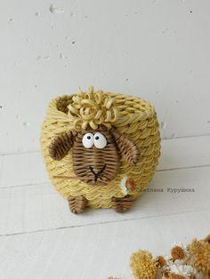 Swetłana Kuruszina Recycled Paper Crafts, Paper Roll Crafts, Newspaper Crafts, Felt Crafts, Paper Weaving, Loom Weaving, Painted Rock Animals, African Dolls, Pine Needle Baskets