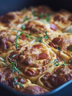 Svampet pizzasnegle kage med pepperoni, ost og friske krydderurter | Sundheds og livsstils blog Pizza Snacks, Bread And Pastries, Mest Populære, Finger Foods, Food Inspiration, Tapas, Cravings, Frisk, Brunch