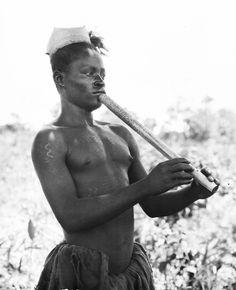 AZANDE PLAYING THE FLUTE. Locale: MANZIGA'S VILLAGE NIANGARA, CONGO BELGE