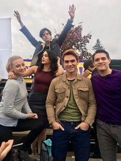 The cast of Riverdale. I love this photo of Lili Reinhart, Camila Mendes, KJ Apa, Casey Cott, Cole Sprouse Kj Apa Riverdale, Riverdale Archie, Riverdale Memes, Riverdale Funny, Riverdale Betty, Riverdale Kevin, Riverdale Quiz, Riverdale Aesthetic, Vanessa Morgan