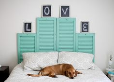 Los cabeceros de cama que te proponemos son originales y muy vintage. Están hechos con tablas de madera en unos casos y contraventanas viejas en otros. En reciclatusmuebles.com