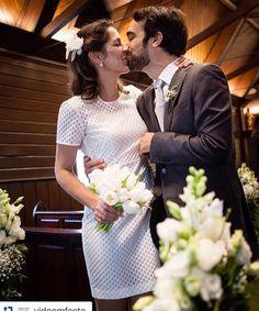#Repost @vidaemfesta with @repostapp. Parabéns a esse casal lindo 👏👏👏 Foi um prazer participar dos dois casamentos com nossos bouquets e lapelas pensados para cada look, cada momento emocionante da vida deles!!! 💖💐🍾 ・・・ Um ano se passou desde que eles disseram Sim para o #amor 😍! Parabéns  @ro_m_russo e Gabriel pelo primeiro ano de #casados ! Apostamos que viveram aventuras incríveis, desejamos mais felicidade, mais amor e mais risadas, como as que demos durante toda a organização do…