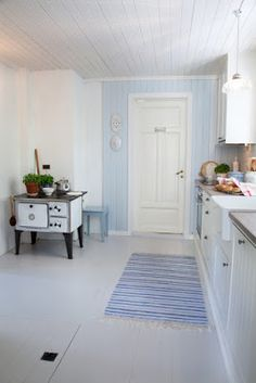 Huset i Lunden: Reportasje i Lev Landlig Swedish Cottage, Painted Wood Floors, Cottage Kitchens, Cottage Interiors, Scandinavian Home, Living Room Kitchen, Home Hacks, Interior Inspiration, Home Furniture