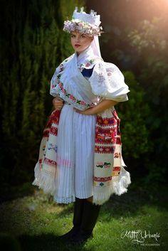 (1) Letné parádenie príbytkov: hrniec a FOLK ploter na stene / LUXURYday » SAShE.sk - slovenský handmade dizajn Folk Fashion, Ethnic Fashion, Complex Art, Costumes Around The World, Folk Clothing, Beautiful Costumes, Ethnic Dress, World Of Color, Folk Costume