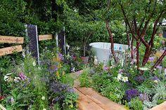 En vild beplantning med græsser og skærmplanter, flerstammede træer og forskelligartede materialer er gennemgående i mange haver.  - Haven   Foto: Jeanette Roust Thysen.