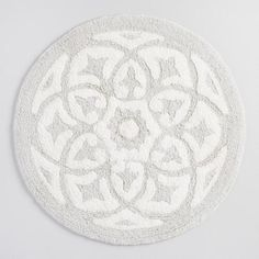 Give toes the comfort they deserve with our soft bath mat. Made of 100% cotton, it features a woven tufted medallion design in a white and soft cloud gray hue.