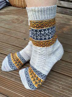 Knitting Patterns Socks **Free pattern Ravelry: Echoes from Karelia pattern by Tiina Kuu Crochet Socks, Knitted Slippers, Knit Mittens, Knit Crochet, Knit Socks, Crochet Granny, Crochet Cats, Crochet Birds, Crochet Food