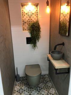 Stoer met gestucte wanden en Portugese vloertegels die ook in de nis verwekt zijn. Small Toilet Room, Guest Toilet, Downstairs Toilet, Washroom Design, Bathroom Design Small, Bathroom Interior Design, Wc Design, Toilet Design, Guest Bathrooms