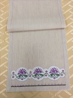 This Pin was discovered by Ser Best Beauty Tips, Bargello, Baby Knitting Patterns, Table Runners, Diy And Crafts, Cross Stitch, Embroidery, Sewing, Floral