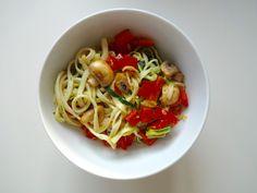 Courgetti met tahini en groenten - On a Healthy Adventure Veggie Snacks, Tahini, Spaghetti, Veggies, Healthy, Ethnic Recipes, Adventure, Food, Vegetable Recipes