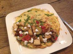 Omelet, gegrilde groenten en geitenkaas
