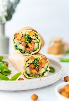Zin in een lekkere, voedzame, vegan lunch? Wij hebben weer een lekker recept voor je: vegan lunch wraps met gekruide en gegrilde kikkererwten, groenten en hummus. Lunch Wraps, Hummus Wrap, Fresh Rolls, Food Styling, Sushi, Boston, Food Photography, Photos, Pictures