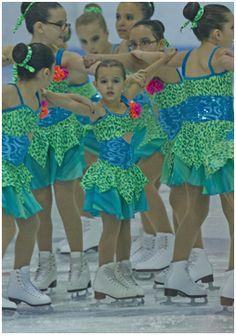 Julia, cinq ans, est allergique aux produits laitiers, aux œufs et aux arachides. Elle fait partie d'une équipe de patinage synchronisé et participe à des compétitions.