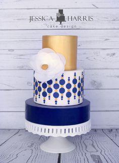 Elegante tarta nupcial en color azul y dorado ¿qué te parece?