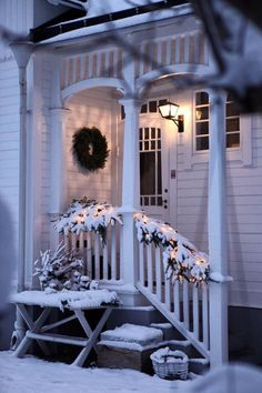 Have a merry little Christmas – xmasfection: queue ♡ - Christmas Home Decorations Christmas Porch, Noel Christmas, Merry Little Christmas, Country Christmas, All Things Christmas, Winter Christmas, Christmas Decorations, Winter Porch, Outdoor Christmas