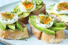 Dit broodje met avocado en ei is een simpel maar super lekker en gezond broodje. Heerlijk smaken die ideaal zijn voor bij de paasbrunch. De tuinkers geeft het beleg wat pit. Je kunt de broodjes ook serveren bij een high tea, als vervanger van de klassieke komkommersandwich. Of natuurlijk gewoon als ontbijt of lunch. Enjoy!