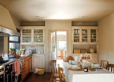 Muebles de madera de cerezo de Bulthaup, en Santa & Cole. Campana de Gaggenau y cocina de La Cornue. Las sillas proceden de Brucs.