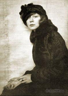 Portrait Lotte Pritzel 1916. Portrait by Hanns Holdt