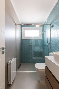 Türkisblau: 60 farbcodierte Ideen und Fotos Turquoise blue: 60 color-coded ideas and photos Bathroom Designs India, Bathroom Design Small, Bathroom Layout, Toilet And Sink Unit, Home Design Decor, House Design, Indian Bathroom, Guest Toilet, Toilet Design