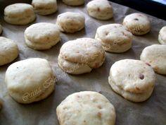 pogacele cu jumari 8 Hamburger, Good Food, Bread, Cookies, Desserts, Romanian Recipes, Food And Drinks, Crack Crackers, Tailgate Desserts